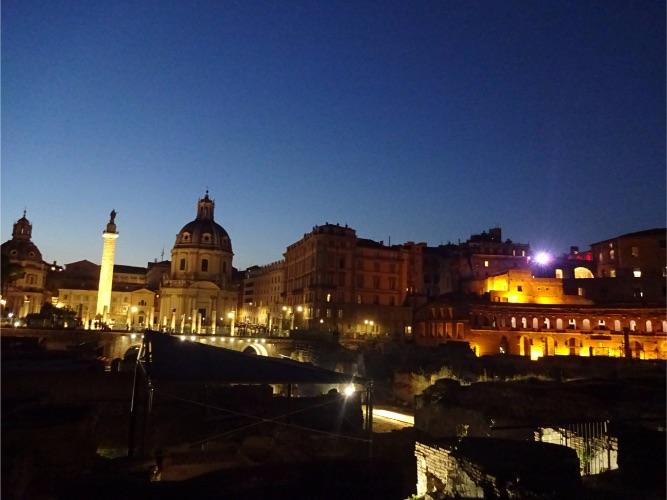 夜のローマ トラヤヌス市場ライトアップ