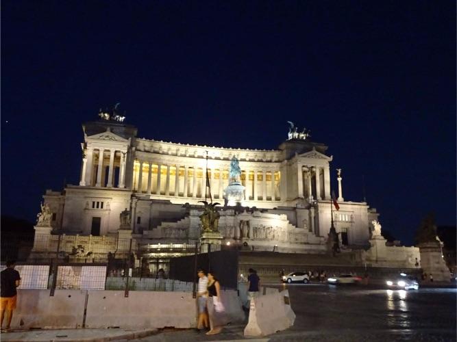 ローマ、ヴィットーリオエマヌエーレ2世記念堂のライトアップ