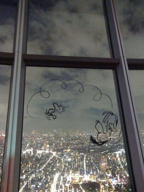 スカイツリーの窓にスヌーピーが!First beagle in skytree 展望回廊